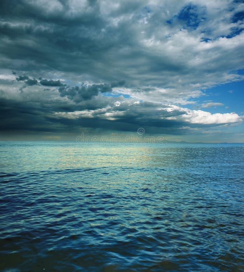 Onweer op overzees stock afbeeldingen