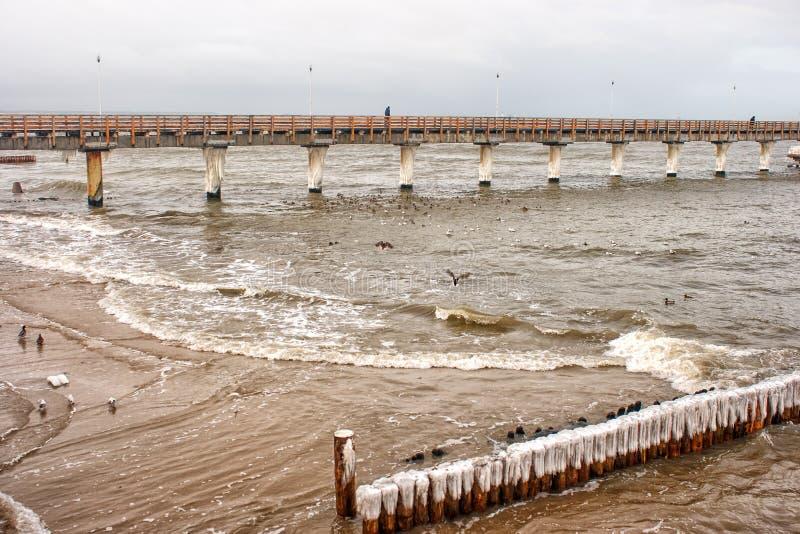 Onweer op zee in de winter stock afbeeldingen