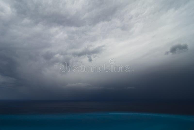 Onweer over het overzees stock afbeeldingen