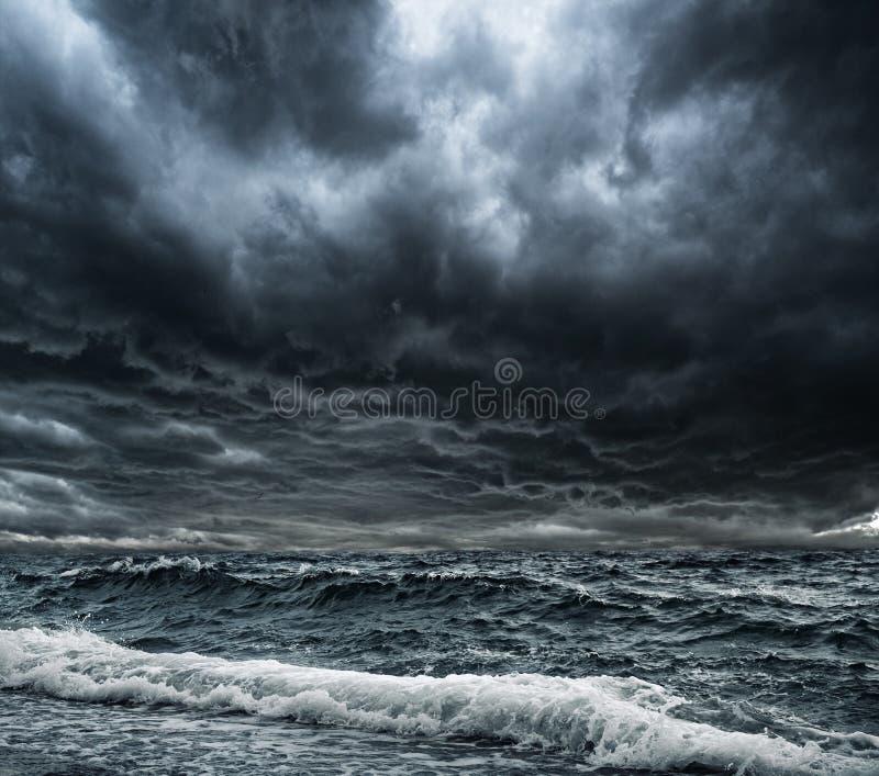 Onweer over oceaan stock afbeeldingen