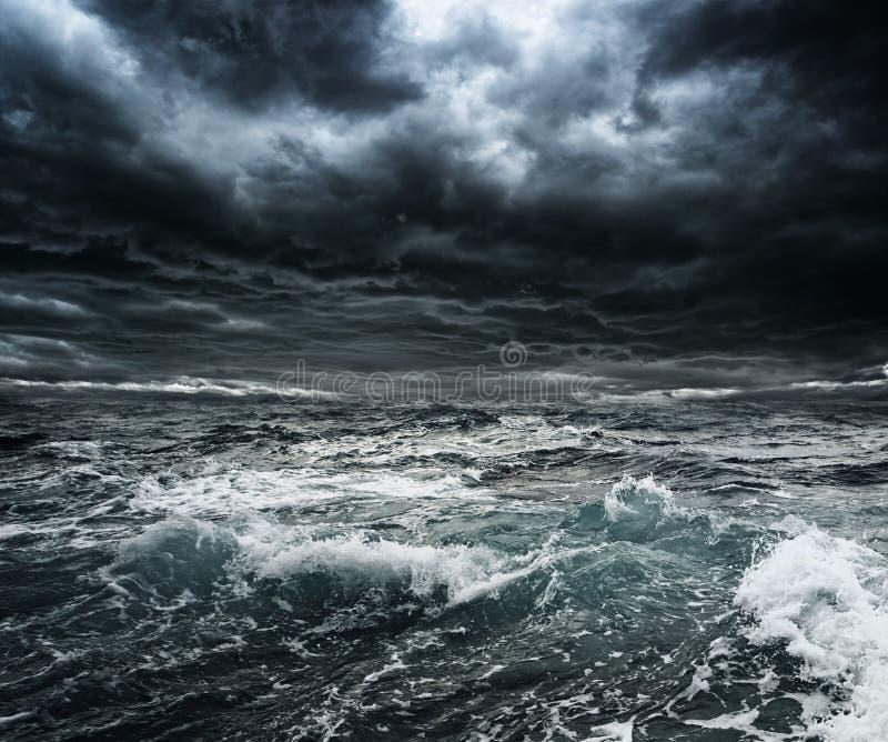 Onweer over oceaan royalty-vrije stock fotografie