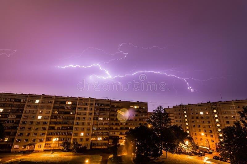Onweer over Stad royalty-vrije stock foto