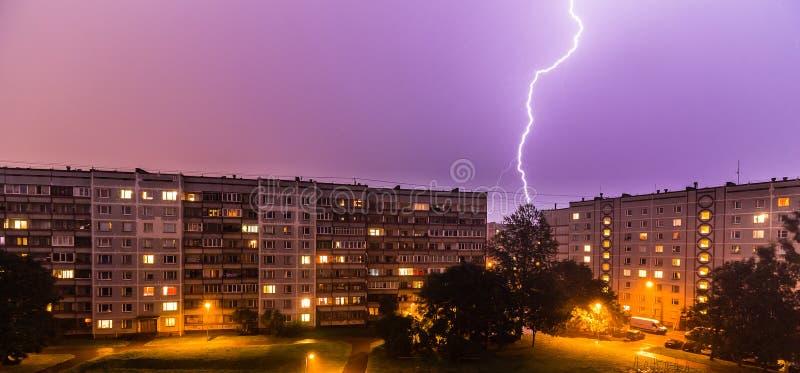 Onweer over Stad stock afbeeldingen