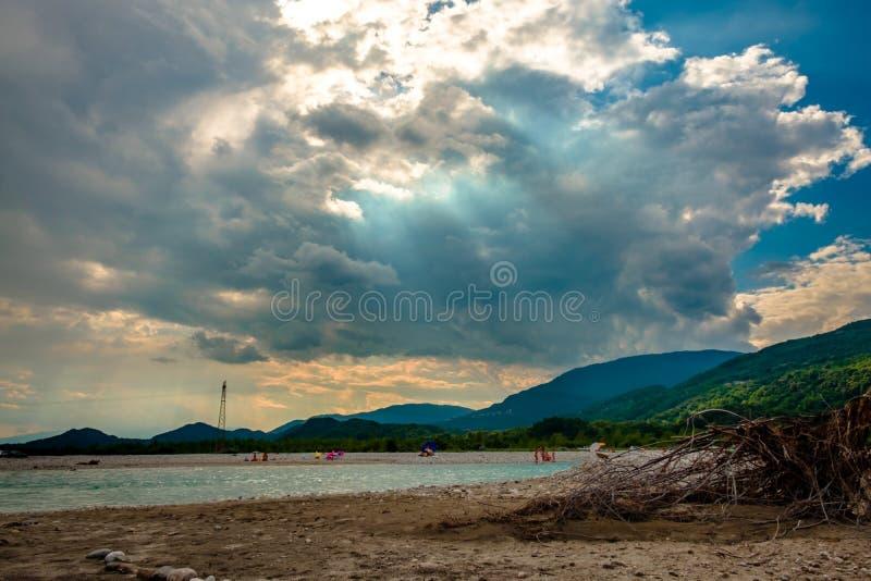 Onweer over Tagliamento-rivier in een hete de zomerdag royalty-vrije stock afbeelding