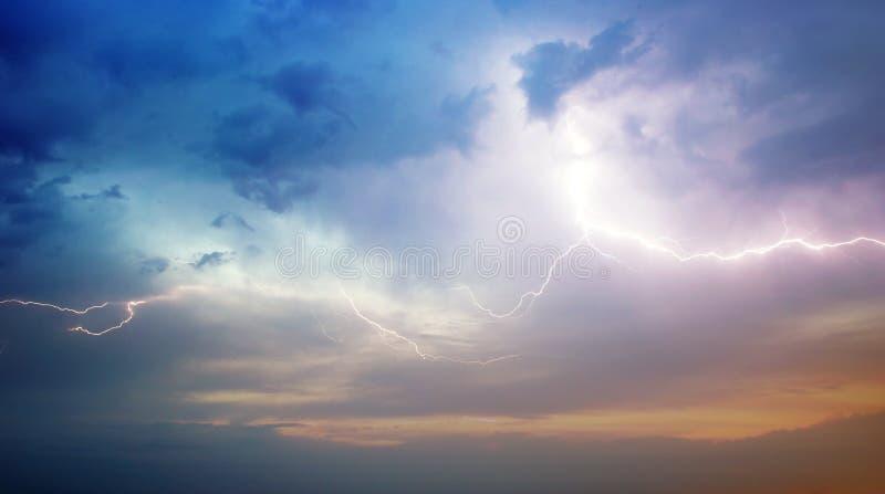 Onweer in overzees stock afbeelding