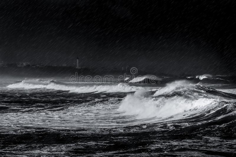Onweer, regen en golven op het strand stock afbeelding