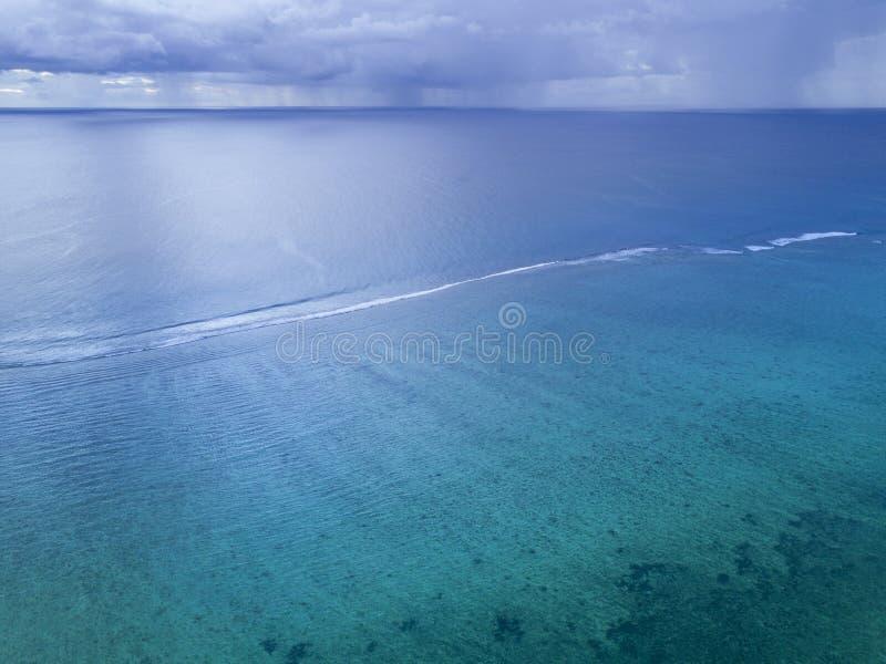 Onweer, regen ver boven de oceaan royalty-vrije stock afbeeldingen