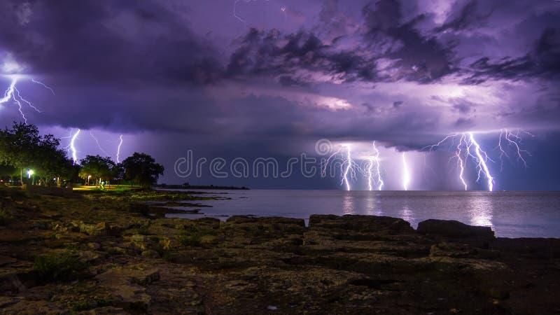 Onweer, wind, bliksem op zee stock foto's