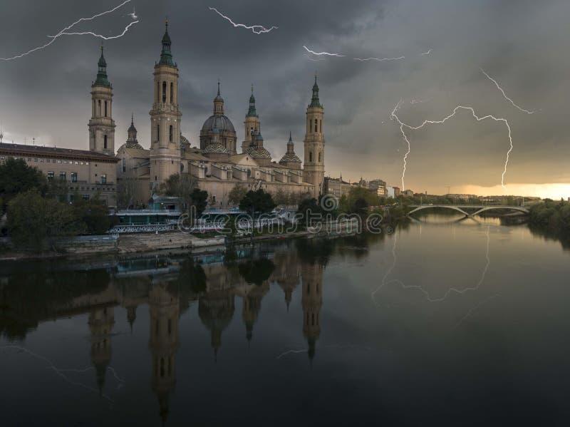 Onweer in Zaragoza - Tormenta Engelse zaragoza stock foto