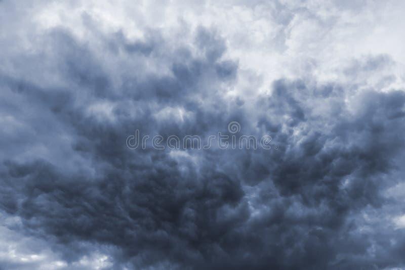 Onweers donkere onheilspellende wolken stock foto