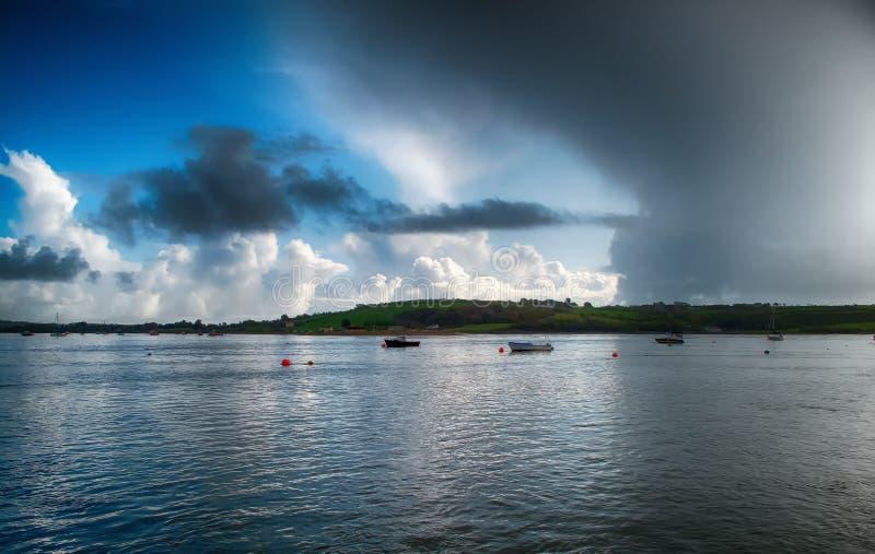 Onweers naderbij komende die baai met boten in Youghal-baai Ierland worden vastgelegd stock afbeelding