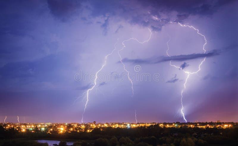 Onweersbui, bliksemflits boven de stad royalty-vrije stock afbeeldingen