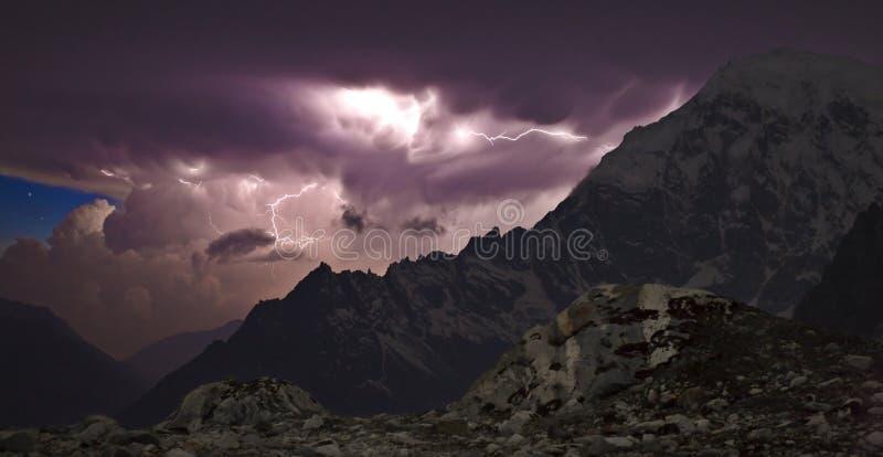 Onweersbui in de bergen royalty-vrije stock fotografie