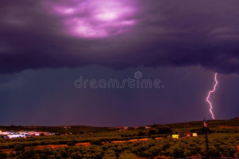 Onweersbui die in een landschapshoogtepunt vallen van olijfbomen, Spanje royalty-vrije stock fotografie