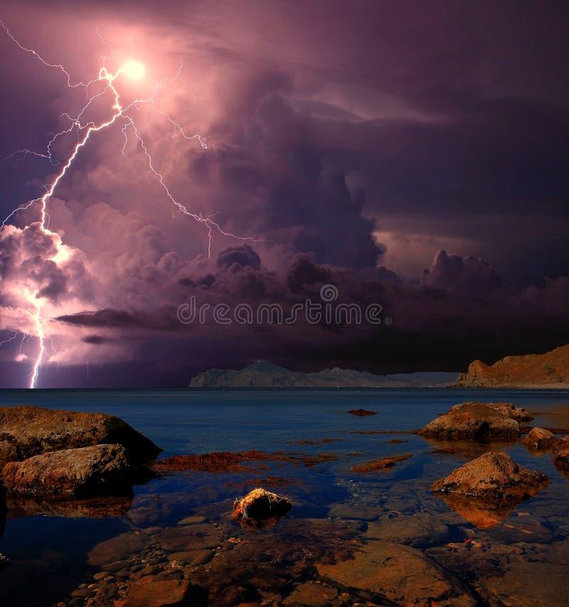Onweersbui en bliksem op de Zwarte Zee, de Krim royalty-vrije stock afbeeldingen