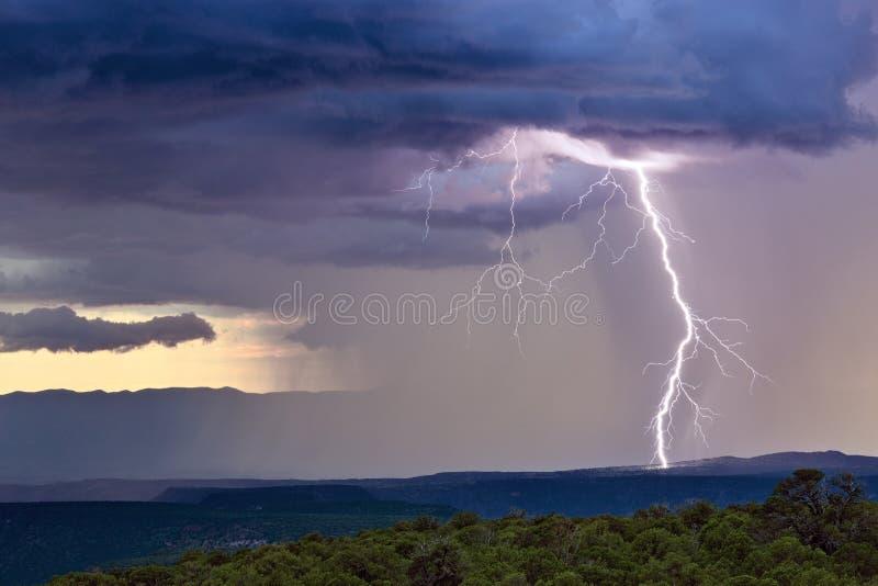 Onweersbui met bliksembout stock afbeeldingen