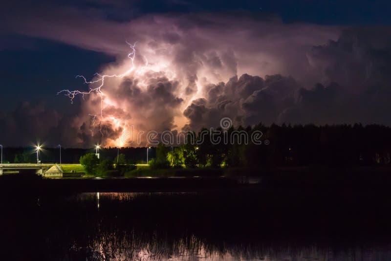 Onweersbuiwolk vroeg in de ochtend, in de zomer vóór sunris royalty-vrije stock afbeelding