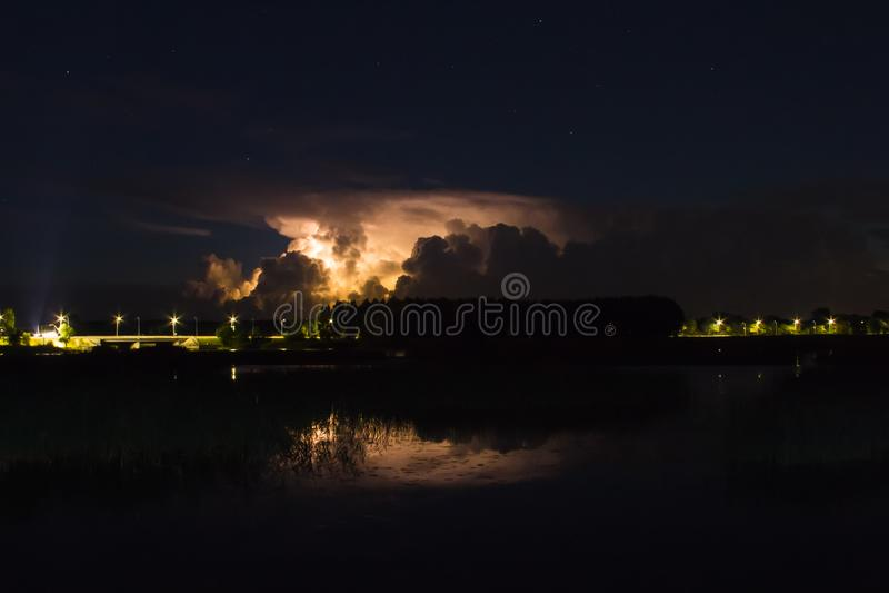 Onweersbuiwolk vroeg in de ochtend, in de zomer vóór sunris stock afbeelding