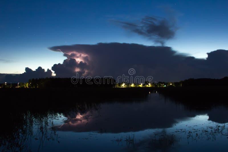 Onweersbuiwolk vroeg in de ochtend, in de zomer vóór sunris stock fotografie