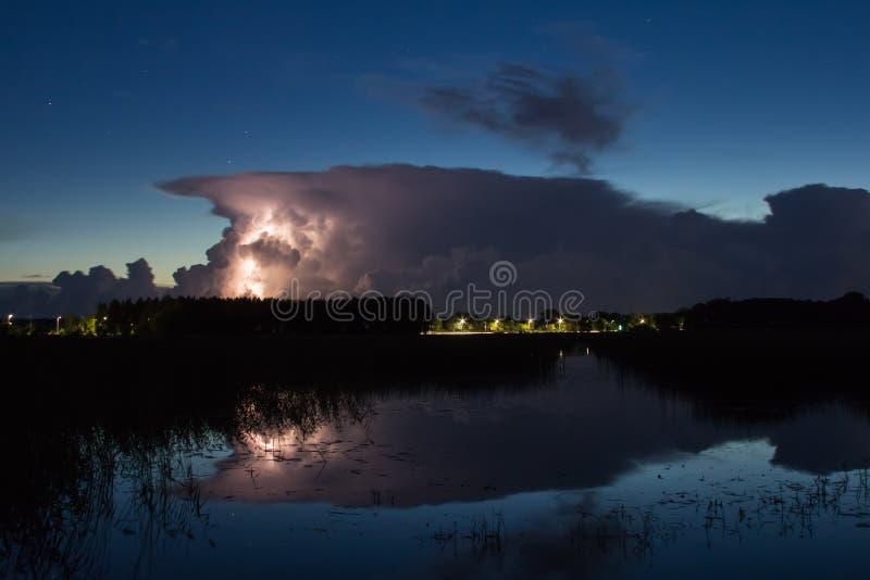 Onweersbuiwolk vroeg in de ochtend, in de zomer vóór sunris royalty-vrije stock foto