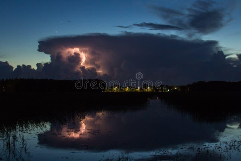 Onweersbuiwolk vroeg in de ochtend, in de zomer vóór sunris royalty-vrije stock afbeeldingen