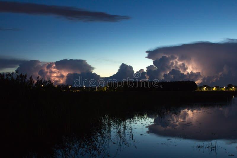 Onweersbuiwolk vroeg in de ochtend, in de zomer vóór sunris stock afbeeldingen