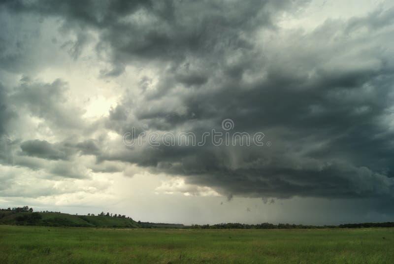 Onweerscycloon over de zomergebieden, bossen en heuvels stock afbeelding