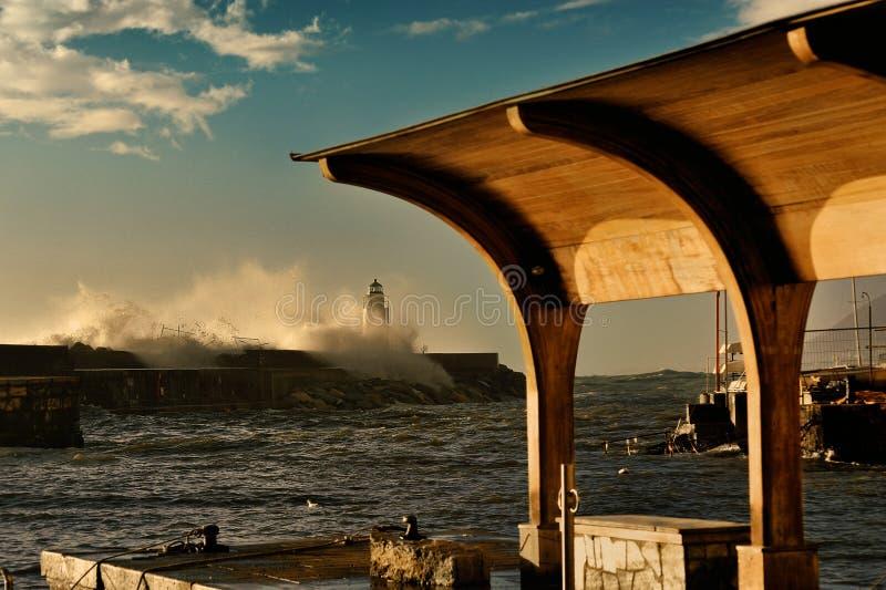 Onweersgolven in de zeehaven van Camogli royalty-vrije stock afbeeldingen