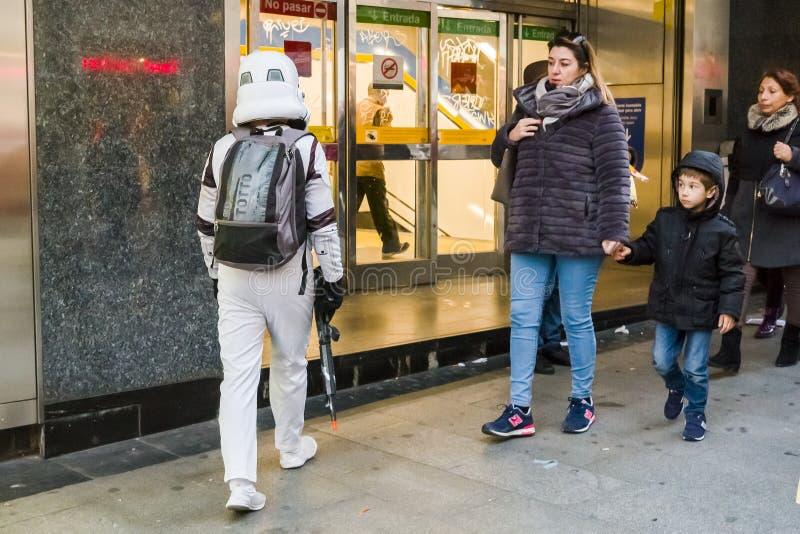 Download Onweersmarechaussee Die Metro In Madrid Ingaan Redactionele Fotografie - Afbeelding bestaande uit bestemming, cityscape: 107700707