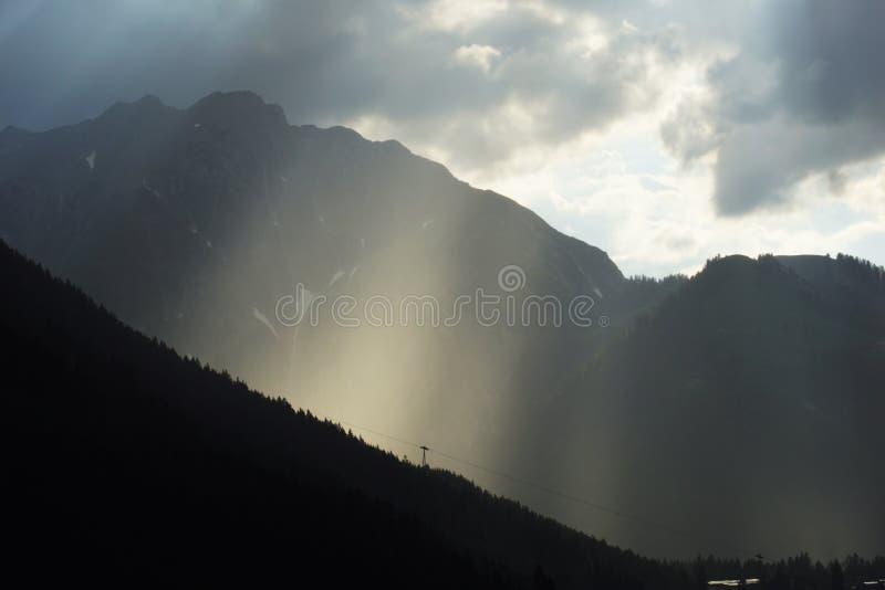 Onweersrubriek in de bergen royalty-vrije stock fotografie
