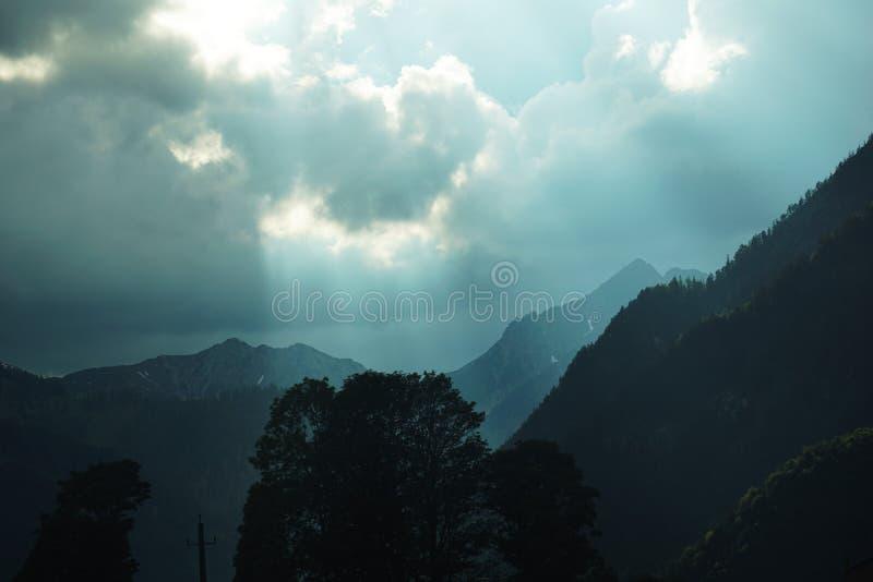 Onweersrubriek in de bergen stock afbeeldingen