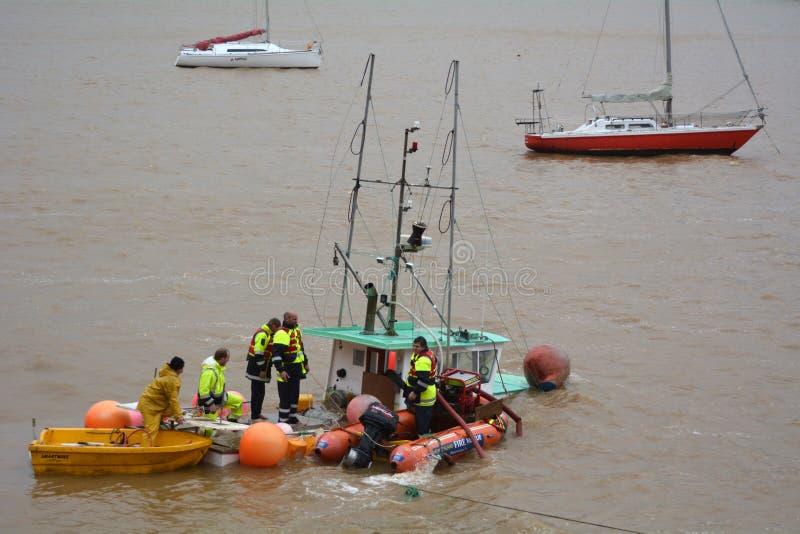 Onweersschade - gootsteenboot stock afbeeldingen