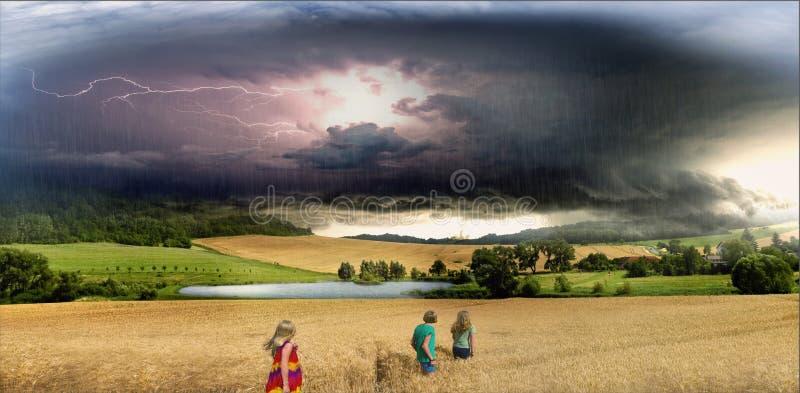 Onweerswolk, bliksem en regen boven de vijver en de tarwegebieden stock afbeelding