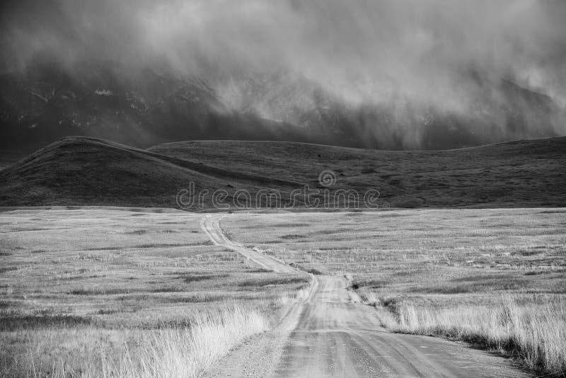 Onweerswolk die door een Onvruchtbaar Land van de Berg overgaat stock afbeeldingen