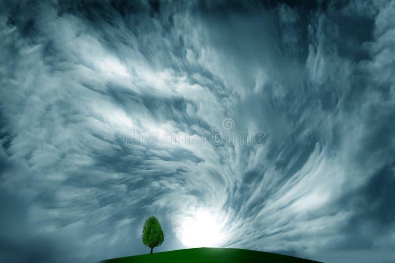 Onweerswolk en boom stock fotografie