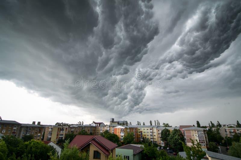Onweerswolken boven de stad royalty-vrije stock afbeelding