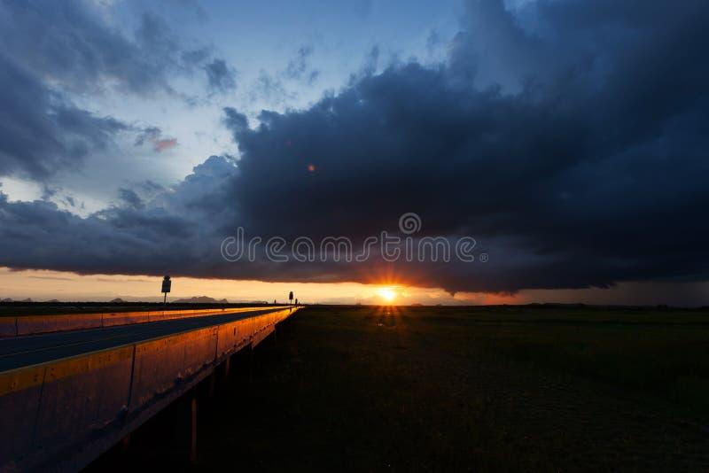 Onweerswolken in de ochtend over brug stock afbeeldingen