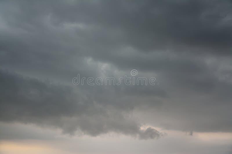 Onweerswolken die vóór de bliksemstakingen rollen stock afbeeldingen