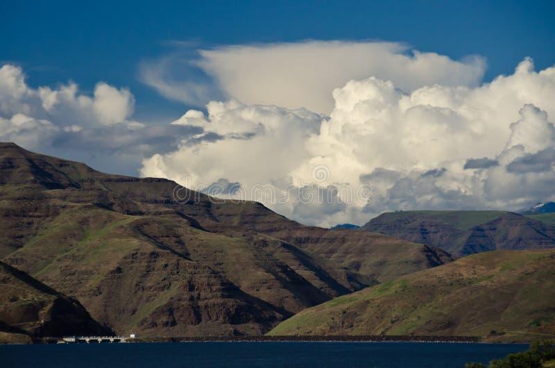 Onweerswolken die zich boven Brownlee-Dam in Helcanion vormen stock afbeeldingen