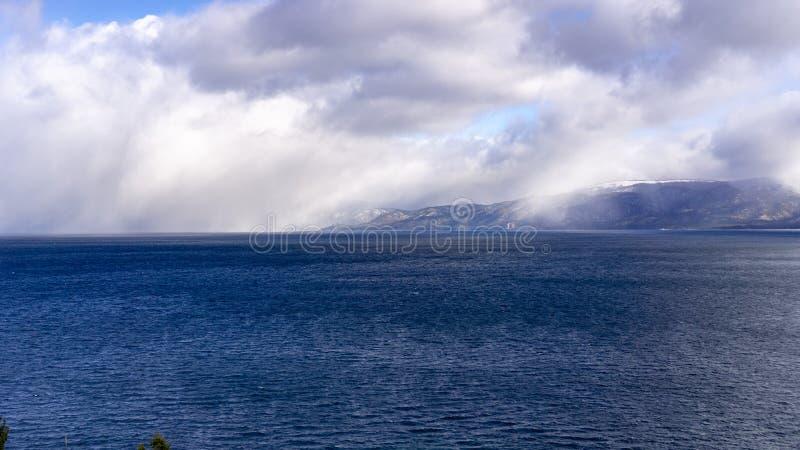 Onweerswolken die zich boven zuidenmeer Tahoe verzamelen op een kernachtige de winterdag, Californië royalty-vrije stock foto's