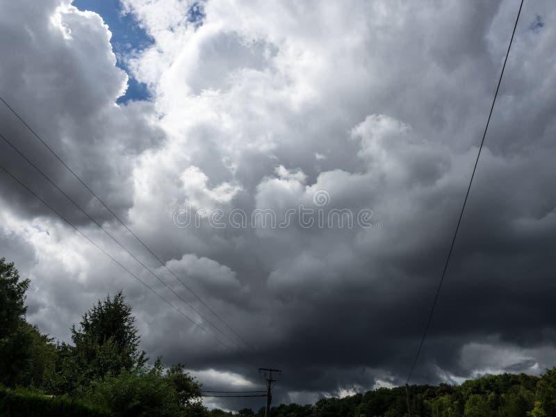 Onweerswolken in Frankrijk ONWEERSdag royalty-vrije stock afbeeldingen