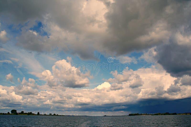 Onweerswolken met regen over de rivier Haringvliet royalty-vrije stock afbeeldingen