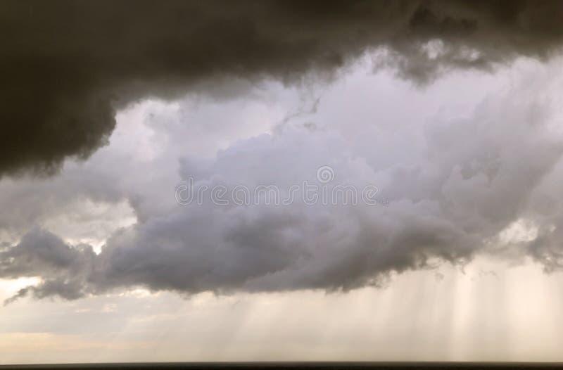 Onweerswolken op het overzees royalty-vrije stock foto