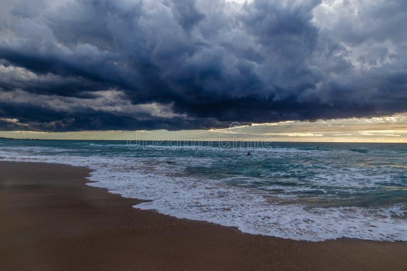Onweerswolken op het strand stock foto's