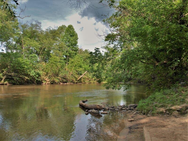 Onweerswolken over Dan River in Noord-Carolina stock afbeeldingen