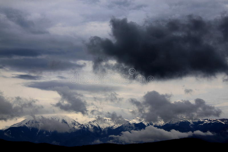 Onweerswolken over de bergen stock afbeelding