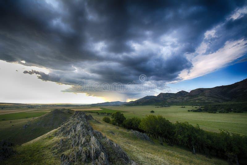 Onweerswolken over de bergen royalty-vrije stock fotografie