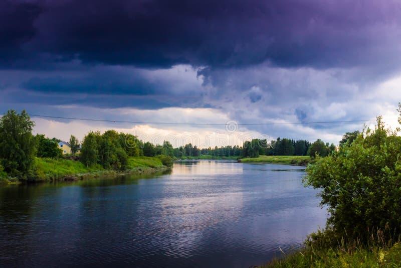 Onweerswolken over de Rivier royalty-vrije stock foto