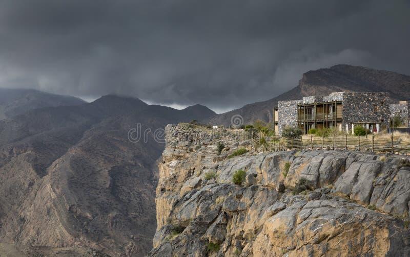 Onweerswolken over een berg royalty-vrije stock foto's