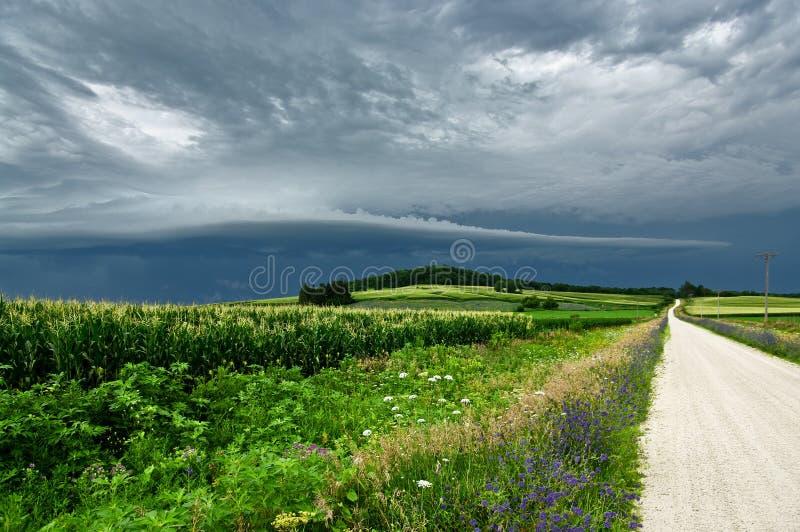 Onweerswolken over een Landweg stock fotografie